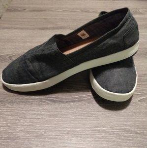 Tom's sneakers